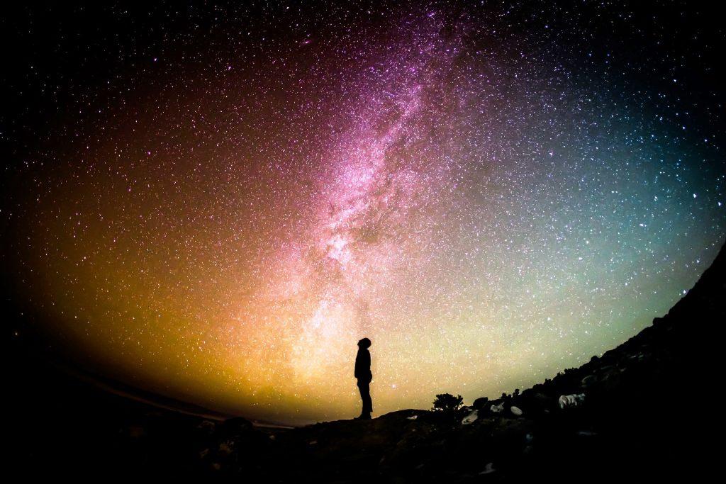 AstroAspeke Mensch guckt in die Sterne